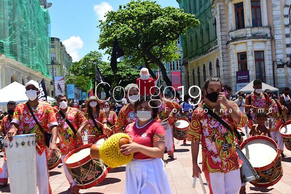 Recife (PE), 19/09/2021 - Protesto-Recife - Movimentos sociais homenageiam o Centenário do Educador Paulo Freire com cortejo pelas ruas do centro do Recife neste domingo(19).
