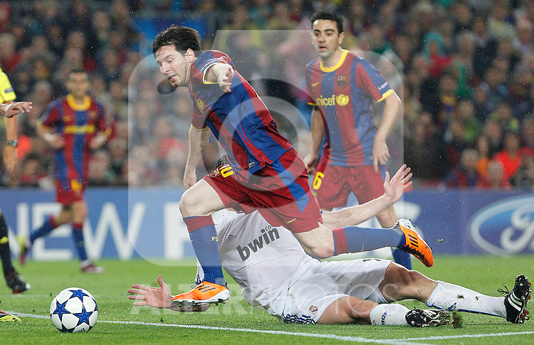 FC Barcelona's Leo Messi (l) and Real Madrid's Xabi Alonso during UEFA Champions League match.May 3,2011.(ALTERPHOTOS/Acero)