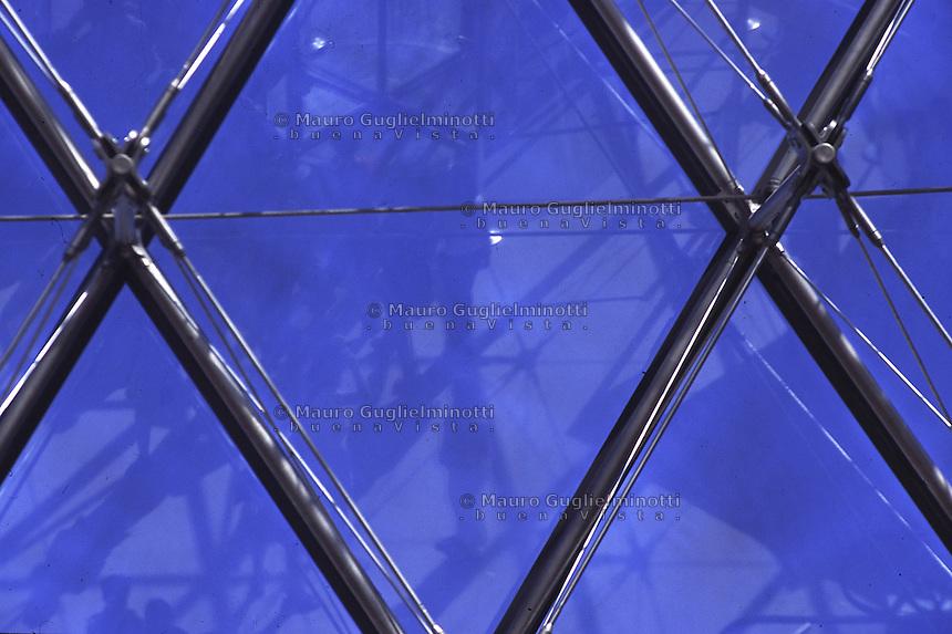 Parigi, Louvre , la Piramide dell'architetto Ming Pei, particolare dei giunti 1989 ) entrata al Museo costituita di vetro, acciaio e cavi Paris, Musée du Louvre et la pyramide (architecte Ming Pei, particulier <br /> Paris, Louvre and the Pyramid, architect Ming Pei, the joints