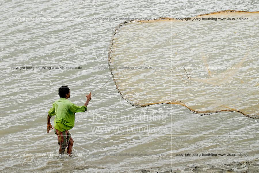 INDIA, Westbengal, Sundarbans, mouth of River Ganges, Khaikali Island , fisherman throws fishing net / INDIEN, Westbengalen, Sunderbans Ganges Delta, Khaikali Island, Fischer mit Wurfnetz