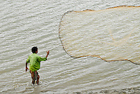INDIA, Westbengal, Sundarbans, mouth of River Ganges, Khaikali Island , fisherman throws fishing net / INDIEN, Westbengalen, Sunderbans Ganges Delta, Khaikali Island, Fischer mit Wurfnetz