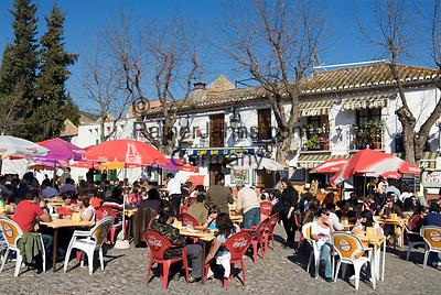 ESP, Spanien, Andalusien, Granada: Stadtteil Albaicín, Strassencafes beim Mirador San Nicolás | ESP, Spain, Andalusia, Granada: Albaicín district, cafes at view point Mirador San Nicolás