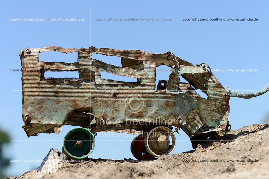 ETHIOPIA Gambela, Nuer village, toy car made from US AID oil can / AETHIOPIEN, Gambela, Region Itang, Dorf Pilual der Ethnie NUER, selbst gebasteltes Blechauto aus USAID Oeldose