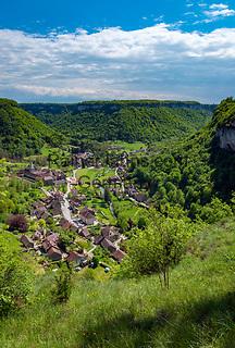 Frankreich, Bourgogne-Franche-Comté, Département Jura, Baume-les-Messieurs: klassifiziert als eines der schoensten Doerfer Frankreichs (Plus beaux villages de France) - Ausblick von 'Granges-sur-Baume' ueber Baume und den Talkessel Cirque de Baume | France, Bourgogne-Franche-Comté, Département Jura, Baume-les-Messieurs: classified as one of France's most beautiful villages (Plus beaux villages de France) - view from Granges-sur-Baume across village Baume and circular deep valley Cirque de Baume