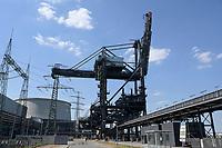 Germany, Hamburg, Vattenfall coal power station Moorburg, switched off in july 2021 as part of german coal exit / DEUTSCHLAND, Hamburg, Vattenfall Kohlekraftwerk Moorburg, in Betriebnahme 2015, letzter Betrieb vor endgültiger Abschaltung im Juli 2021, Kühlturm und Förderbandbrücken