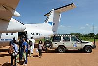 CHAD, Goz Beida, airport, WFP aircraft, NGO worker and wfp vehicle / TSCHAD, Goz Beida, Flugplatz, Flugzeug des WFP world food program
