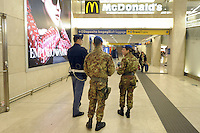 - Milano 25.11.2015 - L'esercito in servizio di sicurezza antiterrorismo alla Stazione Centrale<br /> <br /> -  Milan 25/11/2015 - The army in service of anti-terrorism security in railway  Central Station