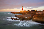 Great Britain, England, Dorset, Isle of Portland, near Weymouth: Portland Bill Lighthouse in stormy weather at sunrise | Grossbritannien, England, Dorset, Isle of Portland, bei Weymouth: Portland Bill Leuchtturm, Sonnenaufgang