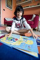 homeschooling, educazione parentale, educazione domestica.<br /> Thomas alle prese con lo studio del corpo umano.
