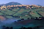 ITA, Italien, Marken, Universitaetsstadt Camerino im Morgennebel | ITA, Italy, Marche, University town Camerino