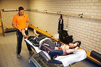 06-04-12, Netherlands, Amsterdam, Tennis, Daviscup, Netherlands-Rumania, Fysio Edwin Visser in actie