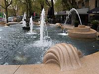 Brunnen vor Jugendstil Cafè Amércan Leidesplein 97, Amsterdam, Provinz Nordholland, Niederlande<br /> Fountain at art nouveau Cafè Amércan Leidesplein 97, Amsterdam, Province North Holland, Netherlands