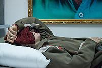 Sehid Xebat Hospital unter YPG-Verwaltung in Qamishli, Rojava/Syrien.<br /> Im Bild: Eine Kaempferin der YPJ, der Fraueneinheit in der Armee der YPG, wurde in Kobane angeschossen und im Krankenhaus operiert. Trotz der OP wird sie weiterhin unter Laehmungen in den Beinen leiden.<br /> 14.12.2014, Qamishli/Rojava/Syrien<br /> Copyright: Christian-Ditsch.de<br /> [Inhaltsveraendernde Manipulation des Fotos nur nach ausdruecklicher Genehmigung des Fotografen. Vereinbarungen ueber Abtretung von Persoenlichkeitsrechten/Model Release der abgebildeten Person/Personen liegen nicht vor. NO MODEL RELEASE! Nur fuer Redaktionelle Zwecke. Don't publish without copyright Christian-Ditsch.de, Veroeffentlichung nur mit Fotografennennung, sowie gegen Honorar, MwSt. und Beleg. Konto: I N G - D i B a, IBAN DE58500105175400192269, BIC INGDDEFFXXX, Kontakt: post@christian-ditsch.de<br /> Bei der Bearbeitung der Dateiinformationen darf die Urheberkennzeichnung in den EXIF- und  IPTC-Daten nicht entfernt werden, diese sind in digitalen Medien nach §95c UrhG rechtlich geschuetzt. Der Urhebervermerk wird gemaess §13 UrhG verlangt.]
