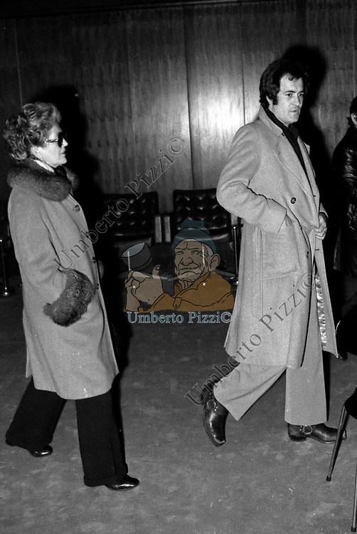 """BERNARDO BERTOLUCCI CON SUSO CECCHI D'AMICO<br /> PRIMA DEL FILM """"VINO E PANE"""" RAI ROMA 1973"""