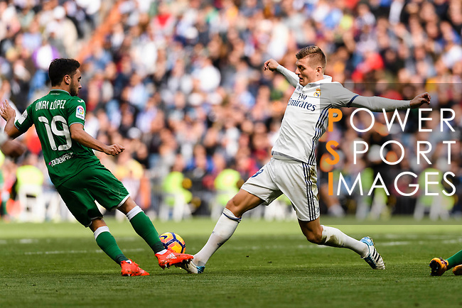 Toni Kroos of Real Madrid fights for the ball with Unai Lopez of Deportivo Leganes during their La Liga match between Real Madrid and Deportivo Leganes at the Estadio Santiago Bernabéu on 06 November 2016 in Madrid, Spain. Photo by Diego Gonzalez Souto / Power Sport Images