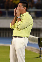 BARRANQUILLA - COLOMBIA -30-03-2014: Hector Cardenas, tecnico de Deportivo Cali da instrucciones a los jugadores durante partido Universidad Autonoma y Deportivo Cali por la fecha 13 de la Liga Postobon I 2014, jugado en el estadio Metropolitano Roberto Melendez de la ciudad de Barranquilla. / Hector Cardenas, coach of Deportivo Cali gives instrutions to the players during a match between Universidad Autonoma and Deportivo Cali for the date 13th of the Liga Postobon I 2014 at the Metropolitano Roberto Melendez stadium in Barranquilla city. Photo: VizzorImage  / Alfonso Cervantes / Str.