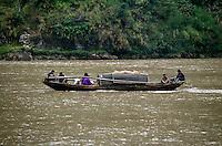"""Yangtze-Fluss in der Provinz Hubei / China<br /> Die chinesische Regierung plant in der Provinz Hubei den Yangtze-Fluss mit einem Staudamm zur Stromgewinnung aufzustauen. Dabei werden ca. 3 Millionen Menschen umgesiedelt.<br /> Hier: Eine traditionelle Dschunke, beladen mit Obst, auf dem Yangtze-Fluss im """"Drei Schluchten-Nationalpark"""".<br /> 1992, Provinz Hubei / China<br /> Copyright: Christian-Ditsch.de<br /> [Inhaltsveraendernde Manipulation des Fotos nur nach ausdruecklicher Genehmigung des Fotografen. Vereinbarungen ueber Abtretung von Persoenlichkeitsrechten/Model Release der abgebildeten Person/Personen liegen nicht vor. NO MODEL RELEASE! Nur fuer Redaktionelle Zwecke. Don't publish without copyright Christian-Ditsch.de, Veroeffentlichung nur mit Fotografennennung, sowie gegen Honorar, MwSt. und Beleg. Konto: I N G - D i B a, IBAN DE58500105175400192269, BIC INGDDEFFXXX, Kontakt: post@christian-ditsch.de<br /> Urhebervermerk wird gemaess Paragraph 13 UHG verlangt.]"""