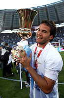 Calcio, finale di Coppa Italia: Roma vs Lazio. Roma, stadio Olimpico, 26 maggio 2013..Lazio midfielder Alvaro Gonzalez, of Uruguay, shows the Italian Cup to fans, at the end of the football final match between AS Roma and Lazio at Rome's Olympic stadium, 26 May 2013. Lazio won 1-0. .UPDATE IMAGES PRESS/Isabella Bonotto....