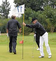 EAGLES GOLF CHARITY GOLF CUP - Golfpark Seehausen bei Leipzig - im Bild: Jens Weißflog steckt die Fahne wirder ins Loch - Handicap 19,4 . Foto: Norman Rembarz..Norman Rembarz , Autorennummer 41043728 , Holbeinstr. 14, 04229 Leipzig, Tel.: 01794887569, Hypovereinsbank: BLZ: 86020086, KN: 357889472, St.Nr.: 231/261/06432 - Jegliche kommerzielle Nutzung ist honorar- und mehrwertsteuerpflichtig! Persönlichkeitsrechte sind zu wahren. Es wird keine Haftung übernommen bei Verletzung von Rechten Dritter. Autoren-Nennung gem. §13 UrhGes. wird verlangt. Weitergabe an Dritte nur nach  vorheriger Absprache..