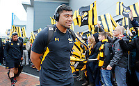 Photo: Richard Lane/Richard Lane Photography. Exeter Chiefs v Wasps. Aviva Premiership Semi Final. 21/05/2016.  Wasps' Charles Piutau is greeted by the  supporters.