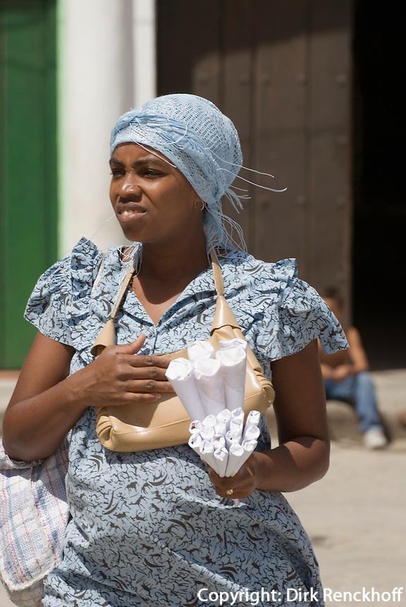 Cuba, Habana, Erdnussverkäuferin auf  Plaza de San Francisco