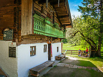 Deutschland, Bayern, Chiemgau, bei Schleching: die im Sommer bewirtschaftete Petereralm - hier gibt es leckeren Kaffee und Kuchen | Germany, Bavaria, Chiemgau, near Schleching: Peterer Alpine Pasture Hut - in summer serving coffee and cakes
