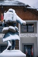 Europe/France/Rhône-Alpes/74/Haute Savoie/Morzine: Le Poilu de Morzine sous la neige [devant l'église] - Monument aux morts de la première guerre mondiale