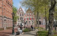 Nederland Leiden - 2021. Bankjes en bomen bij de Garenmarkt.    Foto ANP / Hollandse Hoogte / Berlinda van Dam