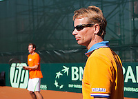 07-07-11, Tennis, South-Afrika, Potchefstroom, Daviscup South-Afrika vs Netherlands, Captain Jan Siemerink bekijkt de situatie ,op de achtergrond Thiemo de Bakker