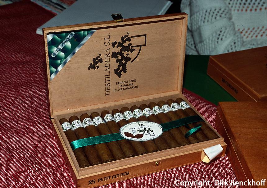 Spanien, Kanarische Inseln, La Palma, Zigarrenverkauf auf dem Wochenmarkt in Mazo