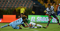 MEDELLIN - COLOMBIA -07-09-2014: Santiago Trellez (Der.) jugador de Atletico Nacional disputa el balón con Andres Saldarriaga (Izq.) porterode Boyaca Chico FC durante partido entre Atletico Nacional y Boyaca Chico FC por fecha 8 de la de la Liga Postobon II 2014, jugado en el estadio Atanasio Girardot de la ciudad de Medellin. / Santiago Trellez (R), player of Atletico Nacional fights for the ball with Andres Saldarriaga (L) goalkeeper of Boyaca Chico FC during a match for the between Atletico Nacional and Envigado FC for the date 8 of the Liga Postobon II 2014 at the Atanasio Girardot stadium in Medellin city. Photo: VizzorImage. / Luis Rios / Str.