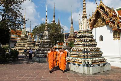 Thailand, Central Thailand, Bangkok: Wat Pho. Young Buddhist Monks walking through ceramic Chedis | Thailand, Zentralthailand, Bangkok: Wat Pho, junge, buddhistische Moenche zwischen Chedis aus Keramik