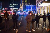 LKW rast in Berliner Weihnachtsmarkt.<br /> Am Abend des 19. Dezember 2016 fuhren Unbekannte mit einem LKW mit polnischen Kennzeichen in den Berliner Weihnachtsmarkt am Kurfuerstendamm und toeteten 12 Menschen, 48 wurden zum tTeil schwer verletzt. Der Beifahrer wurde tot im Fuehrerhaus gefunden, der Fahrer fluechtete, wurde angeblich aber festgenommen. Ein Anschlag wird nicht ausgeschlossen, ermittelt wird jedoch in alle Richtungen.<br /> Im Bild: Schaulustige vor dem abgesperrten Tatort.<br /> 19.12.2016, Berlin<br /> Copyright: Christian-Ditsch.de<br /> [Inhaltsveraendernde Manipulation des Fotos nur nach ausdruecklicher Genehmigung des Fotografen. Vereinbarungen ueber Abtretung von Persoenlichkeitsrechten/Model Release der abgebildeten Person/Personen liegen nicht vor. NO MODEL RELEASE! Nur fuer Redaktionelle Zwecke. Don't publish without copyright Christian-Ditsch.de, Veroeffentlichung nur mit Fotografennennung, sowie gegen Honorar, MwSt. und Beleg. Konto: I N G - D i B a, IBAN DE58500105175400192269, BIC INGDDEFFXXX, Kontakt: post@christian-ditsch.de<br /> Bei der Bearbeitung der Dateiinformationen darf die Urheberkennzeichnung in den EXIF- und  IPTC-Daten nicht entfernt werden, diese sind in digitalen Medien nach §95c UrhG rechtlich geschuetzt. Der Urhebervermerk wird gemaess §13 UrhG verlangt.]
