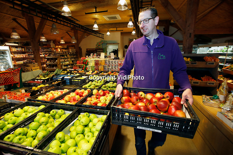 Foto: VidiPhoto<br /> <br /> RESSEN – Eigenaar Wessel van Olst van Fruitbedrijf en Landwinkel De Woerdt in Ressen in de Betuwe.