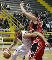 BOGOTÁ -COLOMBIA. 16-08-2013. Jhon Hernandez (I) de  Guerreros de Bogotá va por un balón perdido  contra Jhon Romero (D) de Halcones de Cúcuta durante partido válido por la fecha 1 de la  Liga DirecTV de Baloncesto 2013-II de Colombia realizado en el coliseo El Salitre de Bogotá./ Jhon Hernandez (L) of Guerreros de Bogota goes for a loose ball against Halcones de Cucuta player Jhon Romero during match valid for the 1th date of DirecTV Basketball League 2013-II in Colombia at El Salitre coliseum in Bogota. Photo: VizzorImage / Gabriel Aponte/ Str