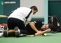 20-2-06, Netherlands, tennis, Rotterdam, ABNAMROWTT, Raemon Sluiter is being treated by a fysio after hurting his hip