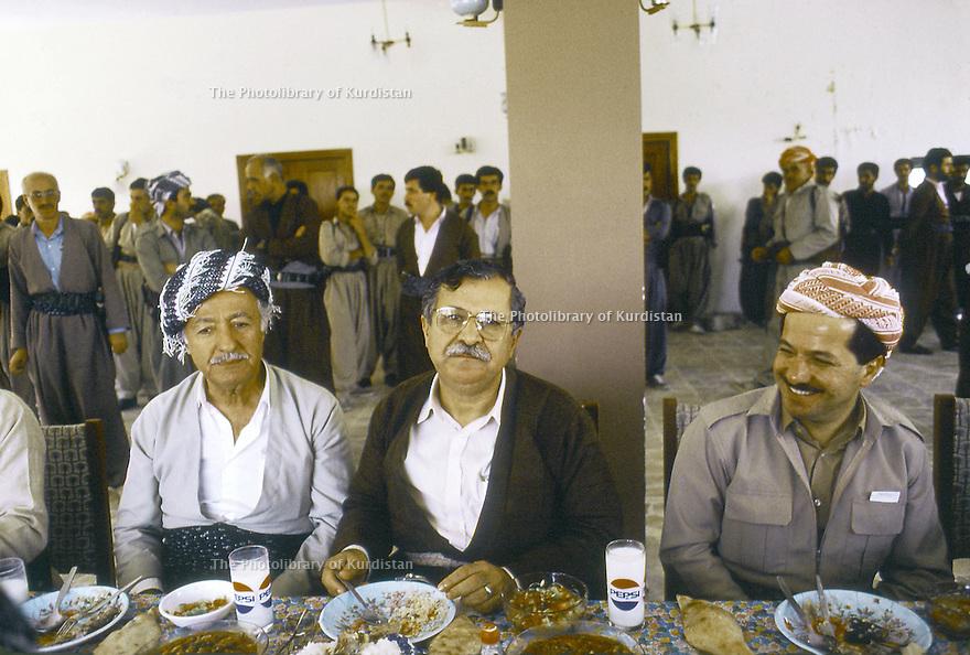 Irak 1991   Réunion du front du Kurdistan a Shaklawa, le dejeuner avec Aziz Mohamed, Jalal Talabani et Massoud Barzani   Iraq 1991   Meeting of the Kurdish front in<br /> Shaklawa, lunch with Aziz Mohamed, Jalal Talabani and Masoud Barzani