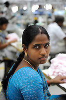 INDIA Tirupur , fair trade textile units , Century Apparels produces organic and fairtrade garments for Export / INDIEN Tamil Nadu, Tirupur,  fairtrade Textilbetriebe , Herstellung von oekologischen und fair gehandelten Textilien bei Century Apparels fuer den Export, Naeherin E. Vidya 25 Jahre
