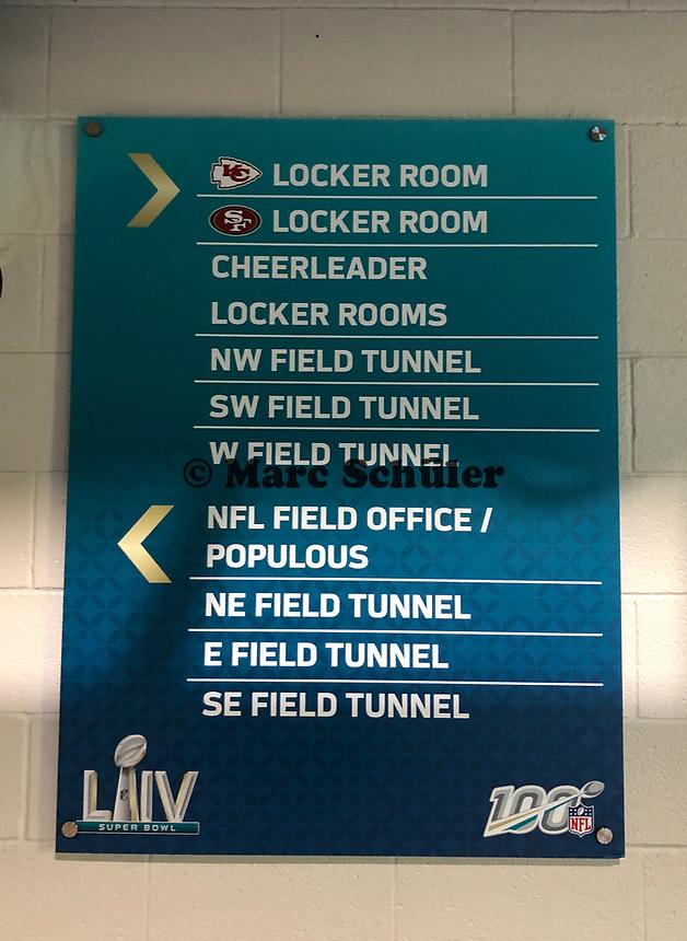 Wegweiser im Innenraum des Hard Rock Stadium bei den Vorbereitungen auf den Super Bowl LIV am 2. Februar zwischen den Kansas City Chiefs und San Francisco 49ers - 22.01.2020: SB LIV im Hard Rock Stadium Miami