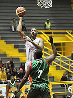 BOGOTA - COLOMBIA: 13-09-2013: Sergio Trocha (Izq.) de Piratas de Bogotá, disputa el balón con Cliff Leon (Der.) de Caribbean Heat , septiembre 13 de 2013. Piratas de Bogota y Caribbean Heat  disputaron partido de la fecha 13 de la fase I de la Liga Directv Profesional de Baloncesto 2 en partido jugado en el Coliseo El Salitre. (Foto: VizzorImage / Luis Ramirez / Staff). Sergio Trocha (L) of Pirates from Bogota disputes the ball with Cliff Leon (R) from Caribbean Heat , September 13, 2013. Piratas from Bogota and Caribbean Heat  disputed a match for the 13 date of the Fase II of the League of Professional Directv Basketball 2 game at the Coliseo El Salitre. (Photo. VizzorImage / Luis Ramirez / Staff)