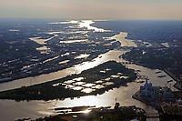 Hamburg Hafen bei Sonnenuntergang: EUROPA, DEUTSCHLAND, HAMBURG, (EUROPE, GERMANY), 22.05.2018 Hamburg Hafen bei Sonnenuntergang, Blickrichtung von Ost nach West