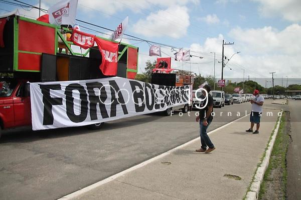 """Recife - PE, 23/01/2021 - Carreata """"Fora Bolsonaro"""" neste sabado (23), no Recife. A Central Unica dos Trabalhadores (CUT), Pernambuco realiza neste sabado (23), uma carreata contra o presidente da Republica, Jair Bolsonaro (Sem partido). A concentracao para o ato teve inicio as 9h, em frente a Fabrica Tacaruna, na Avenida Agamenon Magalhaes, no Recife. Os manifestantes se dirigiram pela Avenida Agamenon Magalhaes, ate o bairro do Pina, zona sul da cidade. A data marca o Dia Nacional de Mobilizacao, organizado pelas Frentes Brasil Popular e Povo sem Medo, com o apoio da CUT, e contara com atos em varias cidades do Brasil.Os protestos tem tres pautas principais: Vacina Ja e mais recursos para o SUS, a volta do auxilio emergencial e o fora Bolsonaro. (Foto: Pedro De Paula/Codigo 19/Codigo 19)"""