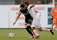ENVIGADO -COLOMBIA, 25-03-2018: Diego Moreno (Der) jugador de Envigado FC disputa el balón con Gonzalo Castellani (Izq) jugador de Atletico Nacional durante partido por la fecha 10 de la Liga Águila I 2018 realizado en el Polideportivo Sur de la ciudad de Envigado. / Diego Moreno (R) player of Envigado FC fights for the ball with Gonzalo Castellani (L) player of Atletico Nacional during match for the date 10 of the Aguila League I 2018 played at Polideportivo Sur in Envigado city.  Photo: VizzorImage/ León Monsalve / Cont