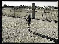 Fluechtlingskind in dem Fluechtlingscamp Arin Mirxan nahe der Ortschaft Suruc im tuerkischen Grenzgebiet zu Syrien. Hier leben ca. 250 Menschen, die vor dem Krieg des IS gegen die Kurden in dem Kurdengebiet Rojava von Syrien aus in die Tuerkei geflohen sind.<br /> 12.10.2015, Suruc/Tuerkei<br /> Copyright: Christian-Ditsch.de<br /> [Inhaltsveraendernde Manipulation des Fotos nur nach ausdruecklicher Genehmigung des Fotografen. Vereinbarungen ueber Abtretung von Persoenlichkeitsrechten/Model Release der abgebildeten Person/Personen liegen nicht vor. NO MODEL RELEASE! Nur fuer Redaktionelle Zwecke. Don't publish without copyright Christian-Ditsch.de, Veroeffentlichung nur mit Fotografennennung, sowie gegen Honorar, MwSt. und Beleg. Konto: I N G - D i B a, IBAN DE58500105175400192269, BIC INGDDEFFXXX, Kontakt: post@christian-ditsch.de<br /> Bei der Bearbeitung der Dateiinformationen darf die Urheberkennzeichnung in den EXIF- und  IPTC-Daten nicht entfernt werden, diese sind in digitalen Medien nach §95c UrhG rechtlich geschuetzt. Der Urhebervermerk wird gemaess §13 UrhG verlangt.]