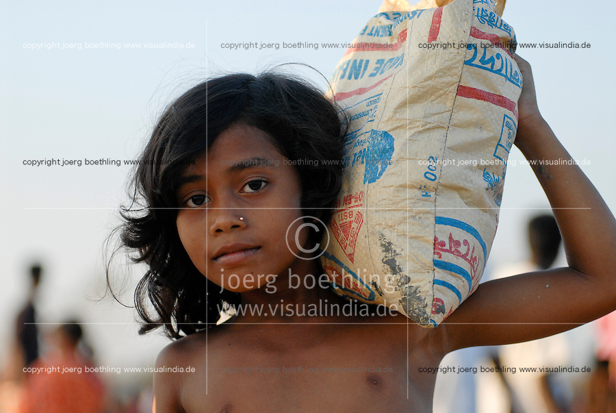 BANGLADESH , cyclone Sidr and high tide destroy villages in Southkhali in District Bagerhat , distribution of relief goods , girl carry food care parcel to her shelter / BANGLADESCH, der Wirbelsturm Zyklon Sidr und eine Sturmflut zerstoeren Doerfer im Kuestengebiet von Southkhali , Verteilung von Hilfsguetern und Nahrung, Maedchen traegt ein Hilfspaket