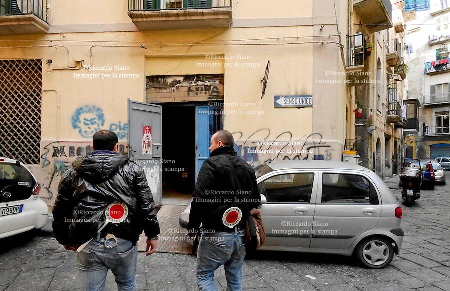 - NAPOLI  1 FEB    2014 -  RIONE NAPOLI DIVENTA GARAGE ABUSIVO,MOTO ANCHE IN BOX COMUNE<br /> (ANSA) - NAPOLI, 7 FEB - Un intero rione del centro a Napoli trasformato in un parcheggio illegale per auto e moto, servendosi abusivamente anche di tre box di proprietà comunale con tanto di forniture elettriche pagate dall'amministrazione cittadina. È quanto ha scoperto la Polizia Municipale nella nella zona di Rua Catalana, a pochi passi dalla Questura e dal Municipio, dove stamattina gli agenti sono entrati in azioni per liberare, strade, vicoli e androni da circa 400 auto parcheggiate a pagamento che non lasciavano spazio neppure ai pedoni.