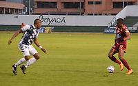 TUNJA - COLOMBIA, 08-09-2018: Jose Mosquera (Izq) jugador de Boyacá Chicó FC disputa el balón con Omar Albornoz (Der) jugador de Deportes Tolima durante partido por la fecha 11 Liga Águila II 2018 realizado en el estadio La Independencia en Tunja. / Jose Mosquera (L) player of Boyaca Chico FC fights for the ball with Omar Albornoz (R) player of Deportes Tolima during match for the date 9 of Aguila League II 2018 played at La Independencia stadium in Tunja. Photo: VizzorImage / Jose Miguel Palencia / Cont