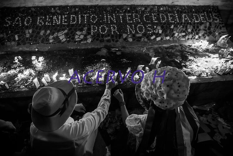 """Procissão de São Benedito o Santo preto.<br /> Bragança, Pará, Brasil.<br /> Foto Carlos Borges<br /> 26/12/2015<br /> <br /> <br /> A origem<br /> <br /> A Marujada,  em Bragança,  teve inicio em 1798 quando os senhores brancos atendendo ao pedido de seus escravos, permitiram a organização de uma Irmandade e a primeira festa em louvor a São Benedito. Em sinal de reconhecimento, os negros foram dançar de casa em casa para agradecer a seus benfeitores.<br /> <br /> A Marujada é constituída na maioria por mulheres, cabendo lhes a direção e a organização. Não há número limitado de marujas, nem papéis a desempenhar. Nem uma só palavra é articulada, falada ou cantada como auto ou como argumentação. Não há dramatização de qualquer feito marítimo. A Marujada é caracterizada pela dança, cujo ritmo principal é o retumbão. A organização e a disciplina são exercidas por uma """"capitoa"""" e uma """"sub-capitoa"""". É a """"capitoa"""" quem escolhe a sua substituta, nomeando a """"sub-capitoa"""", que somente assumirá o bastão de direção por morte ou renúncia daquela."""