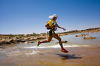 The Marathon des Sables is a 6-day endurance race of 243 km equivalant to 5 1/2 marathons. It plays out in the Sahara Desert, southern Morocco, up and down sand dunes, along dried lakes and riverbeds, past ruins, always under the baking sun. Competitors at the Marathon des Sables expierence mid-day temperatures of up to 120°F. They are running or walking on even rocky, stony ground as well as 15-20% of the distance being in sand dunes. In addition to that, competitors have to carry everything they will need for the duration of the race on their backs in a rucksack. Water is rationed and handed out at each checkpoint. It is the hardest footrace on earth...Der Marathon des Sables in der marrokanischen Sahara gilt als der wohl härteste und bekannteste Wüstelauf der Welt. Ein Ultralauf über 243 Kilometer, der in 6 Etappen zwischen 27 und 82 Kilometer in 7 Tagen gelaufen wird. Die längste Etappe geht bis spät in die Nacht hinein. Die Läufer tragen ihre Ausrüstung und Verpflegung für das ganze Rennen im Rucksack. Lediglich Wasser (9 Liter pro Tag) gibt es an den Checkpoints. Die Teilnehmer laufen über Sanddünen, steiniges Gelände und steile Berganstiege. Die Hitze kann bis zu 50 Grad Celsius betragen. ,Samir Akhdar