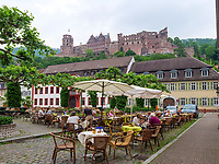 Schloss. Straßenrestaurant am Karlsplatz, Heidelberg, Baden-Württemberg, Deutschland, Europa<br /> castle, Street Restaurant at Karlsplatz, Heidelberg, Baden-Wuerttemberg, Germany, Europe